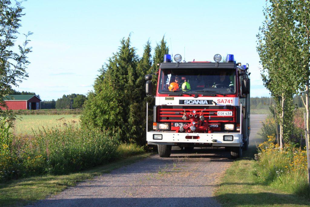 Tuiskulan VPK:n paloauto lähestyy kapeaa pihatietä pitkin