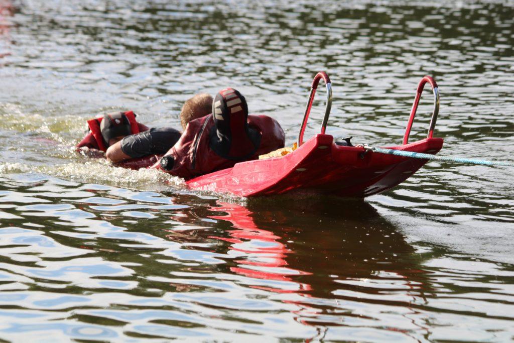 Tuiskulan VPK:n harjoituksissa harjoitellaan veden varaan joutuneen henkilön pelastamista