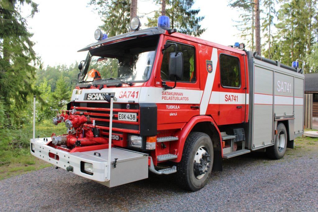 Satakunnan pelastuslaitoksen omistama sammutusauto, Scania P93 vm.1995, Sauruksen korirakenteella.